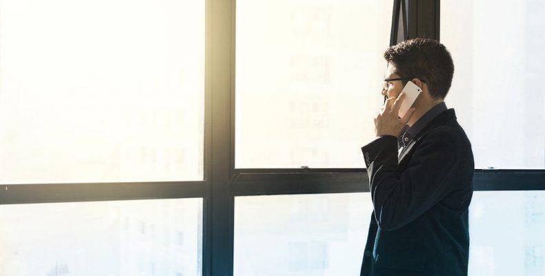 Agent immobilier au téléphone